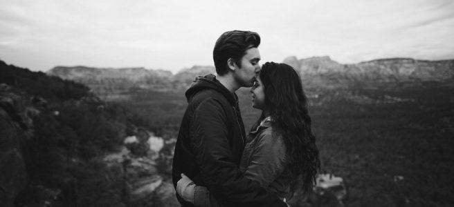 Casal se abraçando